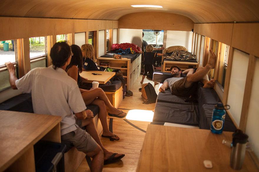 Un estudiante de arquitectura compró un autobús escolar y lo transformó en una casa móvil 8