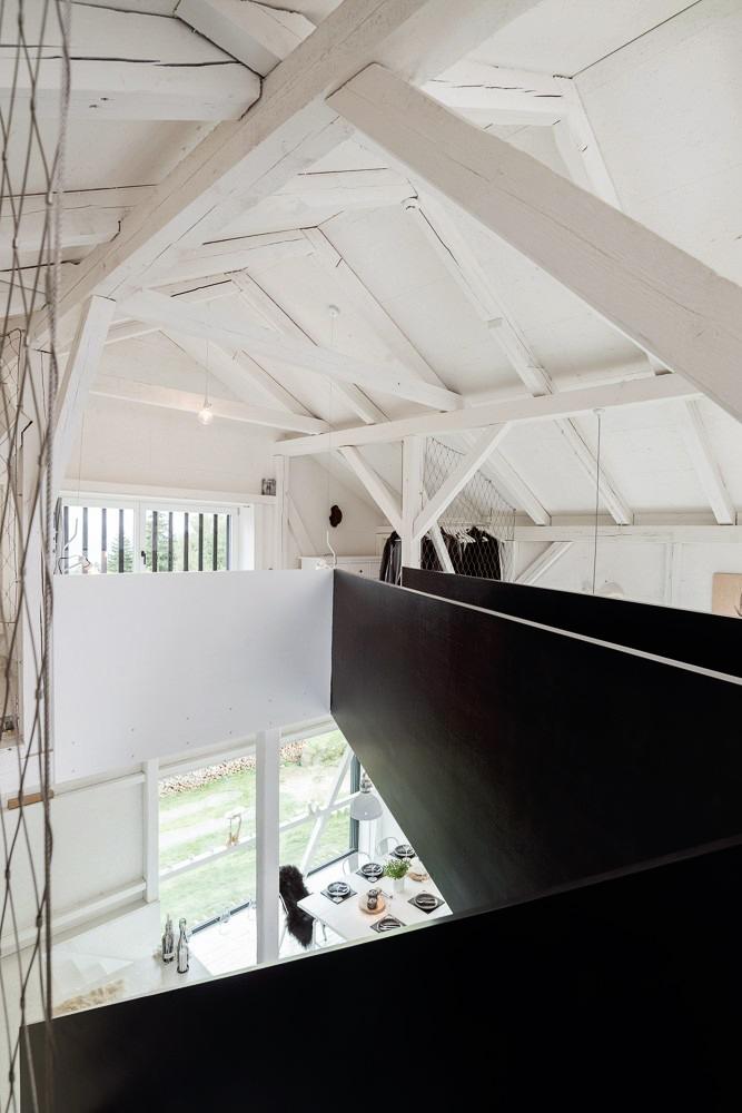 Un viejo granero reconstruido en un hogar de estilo escandinavo 14