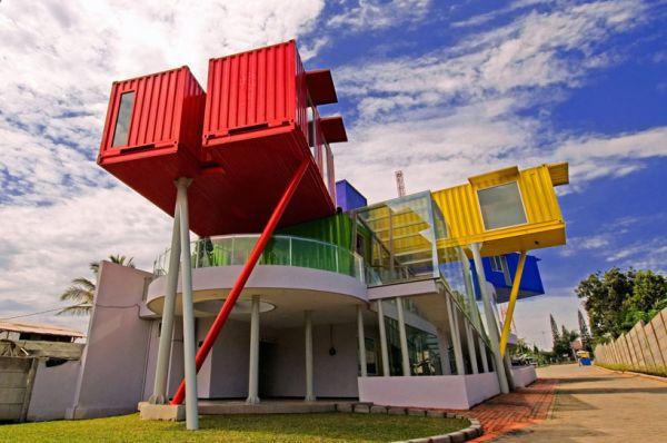 Una preciosa biblioteca construida sobre un edificio hecho con containers 1
