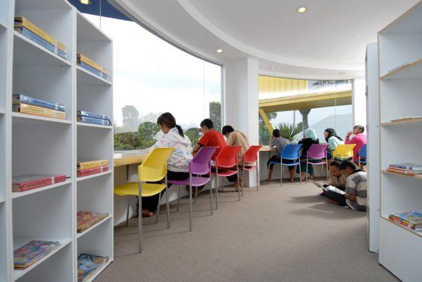 Una preciosa biblioteca construida sobre un edificio hecho con containers 2