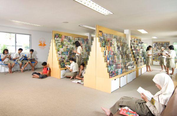 Una preciosa biblioteca construida sobre un edificio hecho con containers 3