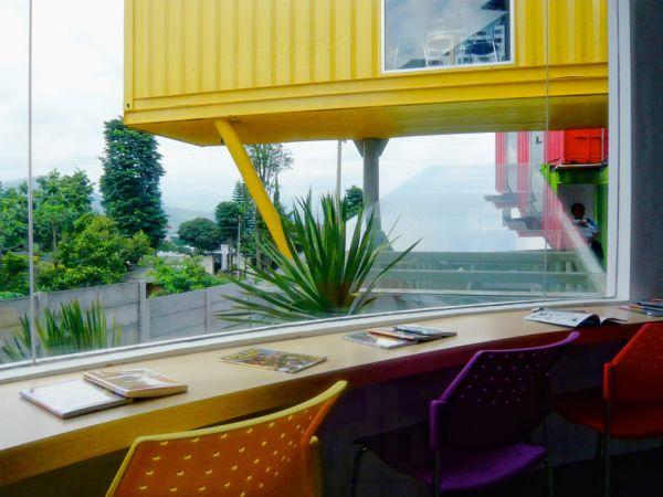 Una preciosa biblioteca construida sobre un edificio hecho con containers 4