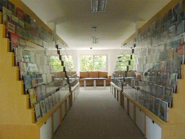 Una preciosa biblioteca construida sobre un edificio hecho con containers 6