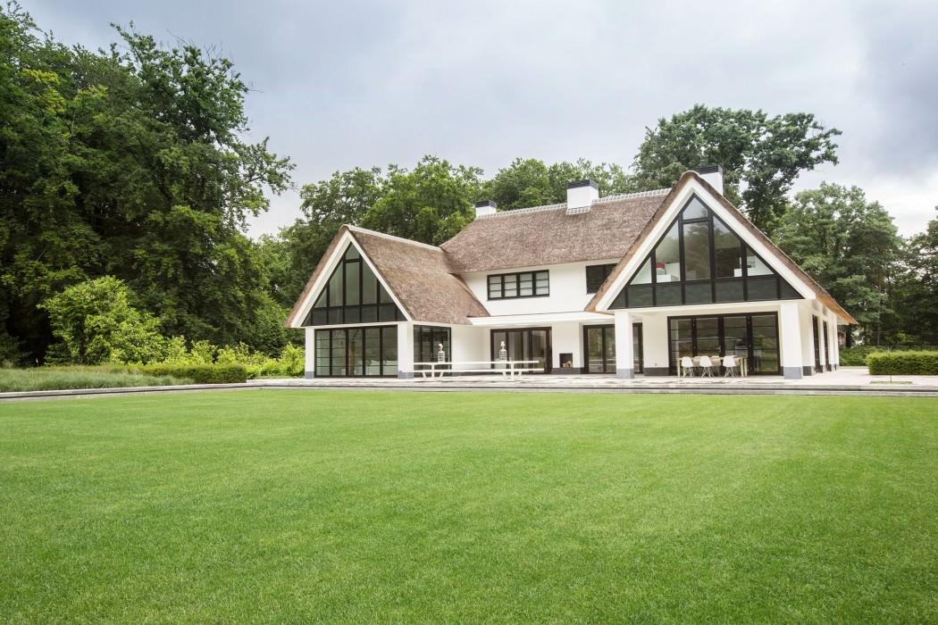 Casa de campo moderna y transparente con una galería para el coche 1