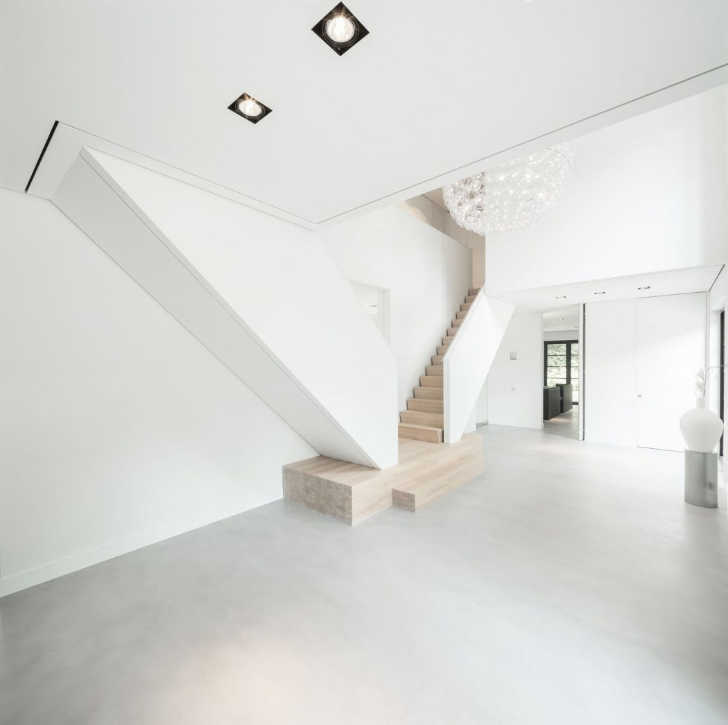 Casa de campo moderna y transparente con una galería para el coche 2