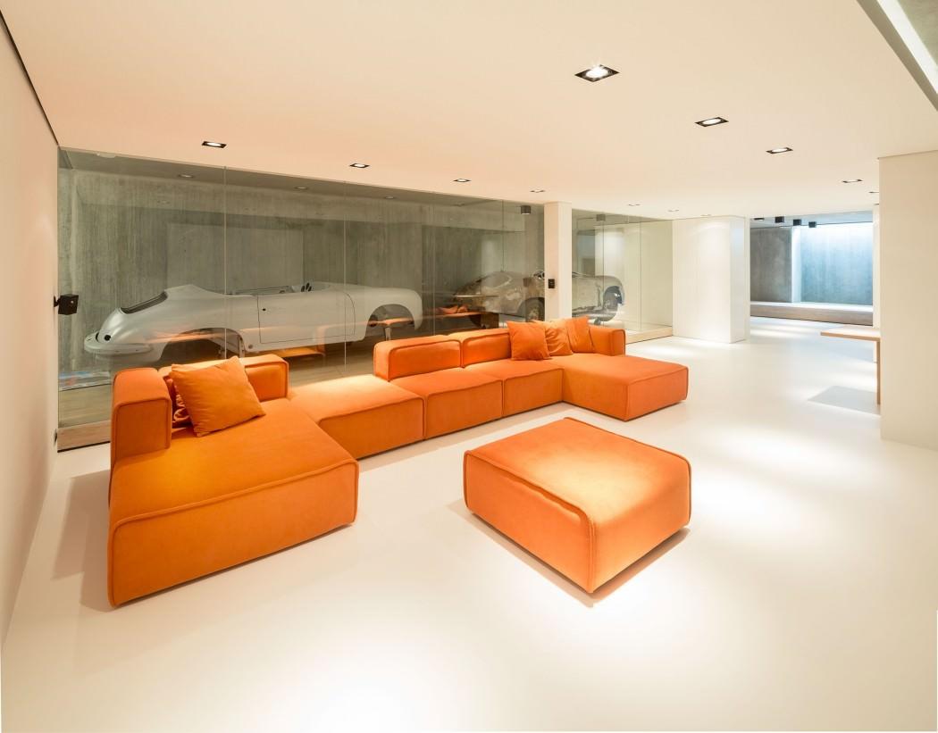 Casa de campo moderna y transparente con una galería para el coche 7