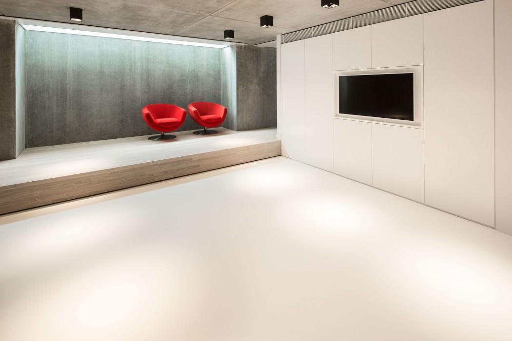 Casa de campo moderna y transparente con una galería para el coche 9
