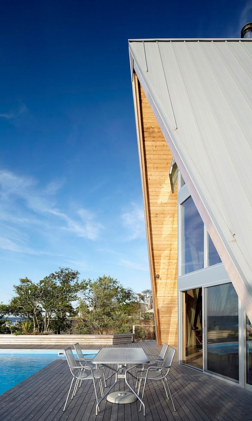 Esta casa de al lado de la playa reinventa el diseño irónico de los 60 13
