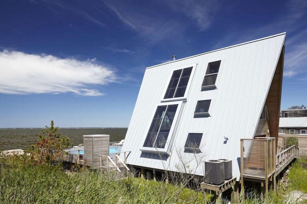 Esta casa de al lado de la playa reinventa el diseño irónico de los 60 3