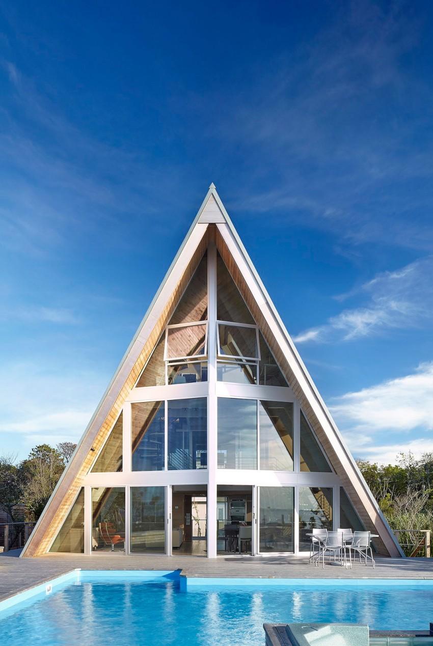 Esta casa de al lado de la playa reinventa el diseño irónico de los 60 4