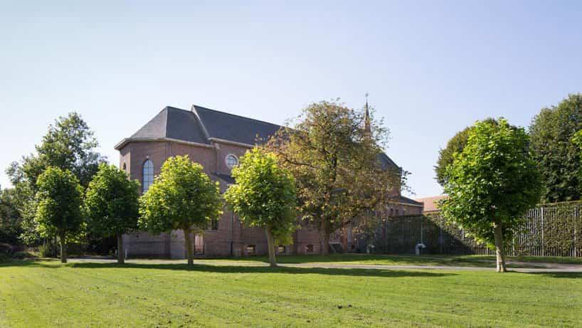 Escuela para niños en el interior de una capilla