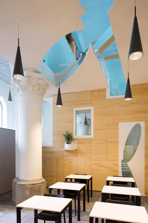 Ventanas en los techos para permitir la entrada de luz a la capilla