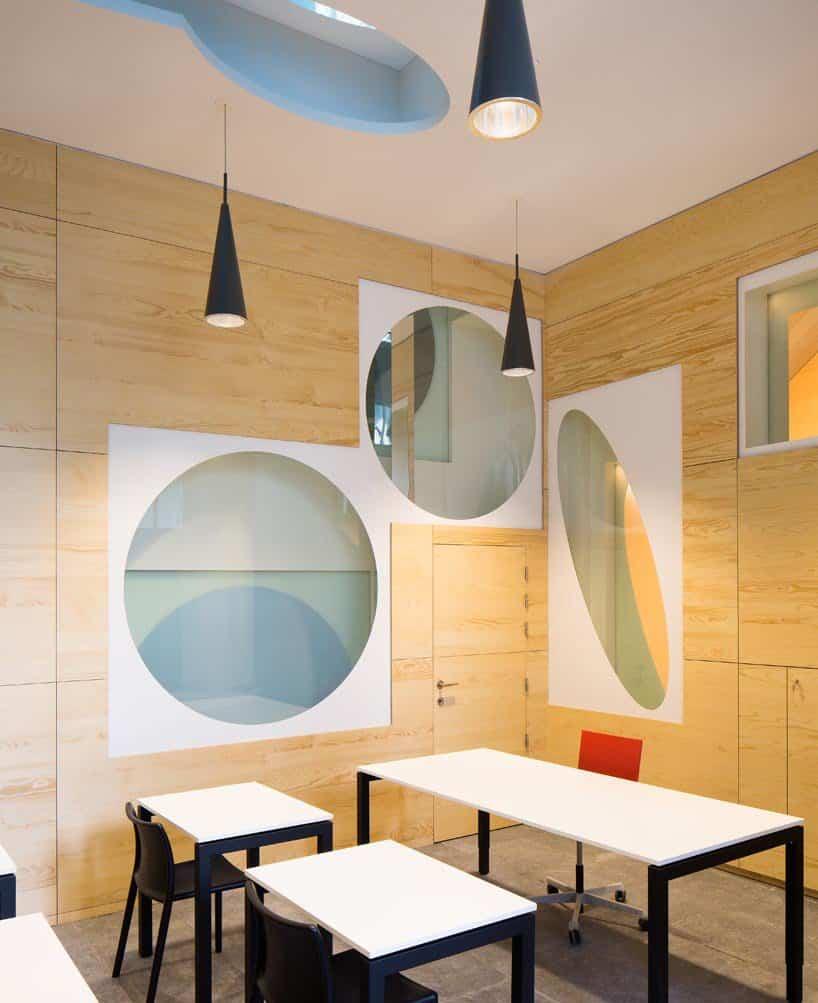 Una de las aulas en el interior de la escuela para niños en Bélgica