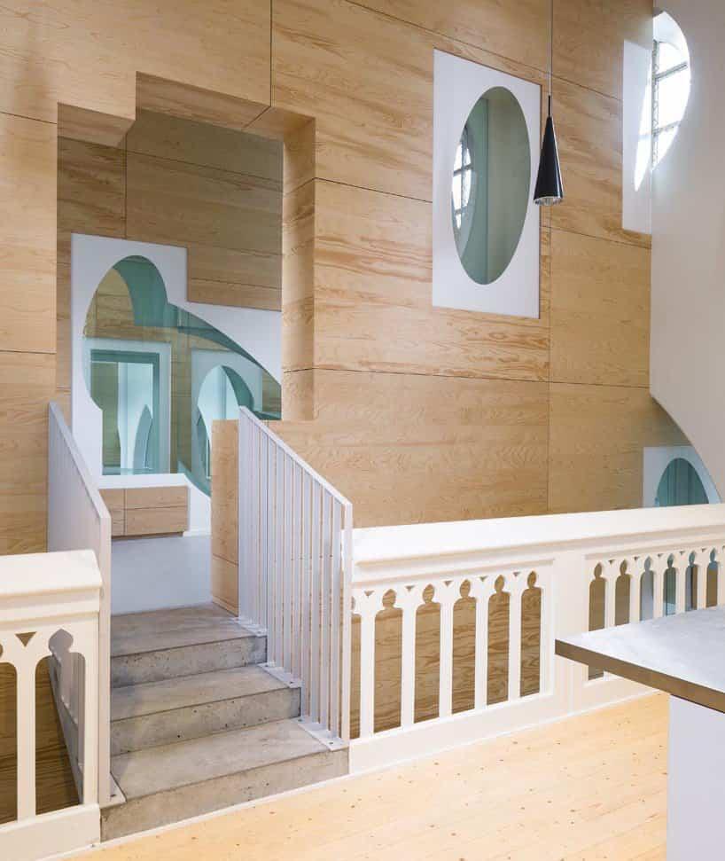 Uso de maderas nobles para la decoración interior de la escuela para niños en Bélgica