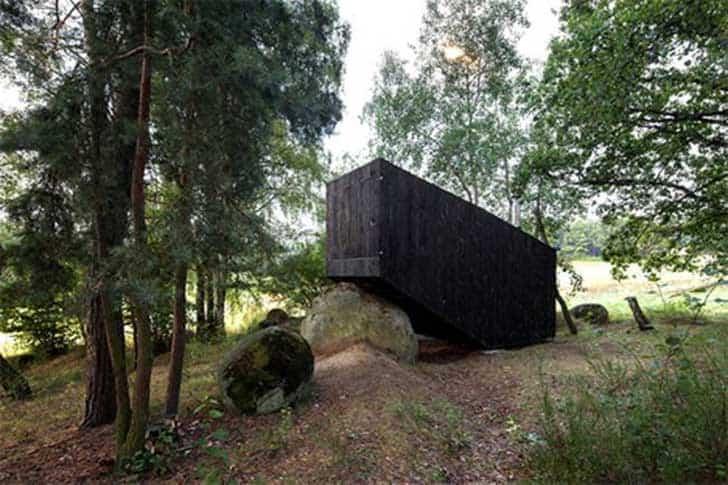 casa apoyada sobre una roca en bohemia 2