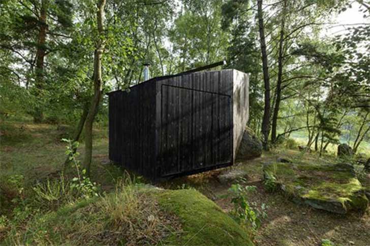 casa apoyada sobre una roca en bohemia 3