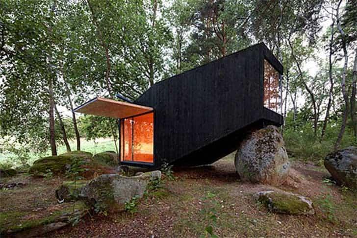 casa apoyada sobre una roca en bohemia 6