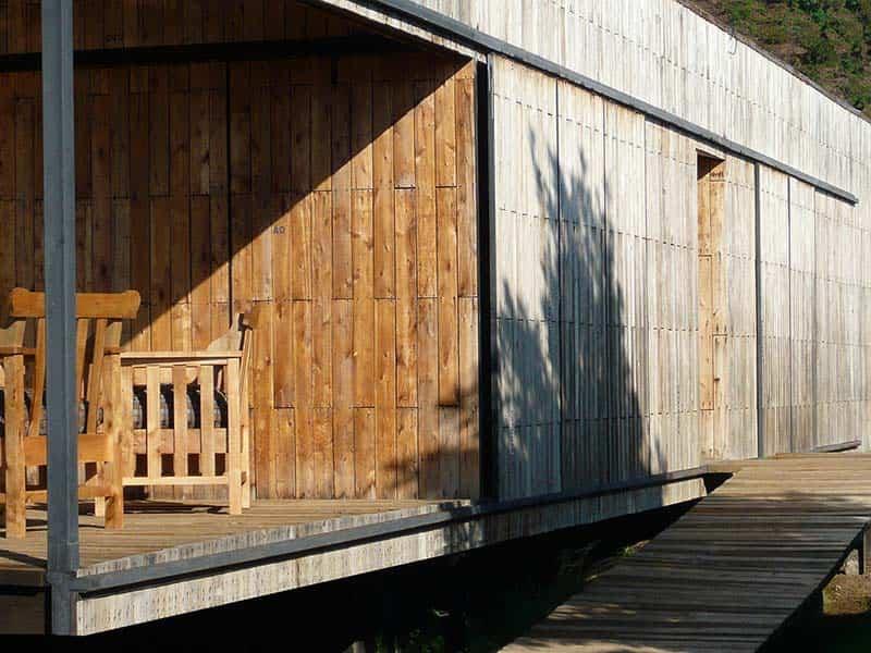 parte lateral de la casa construida con pallets de madera