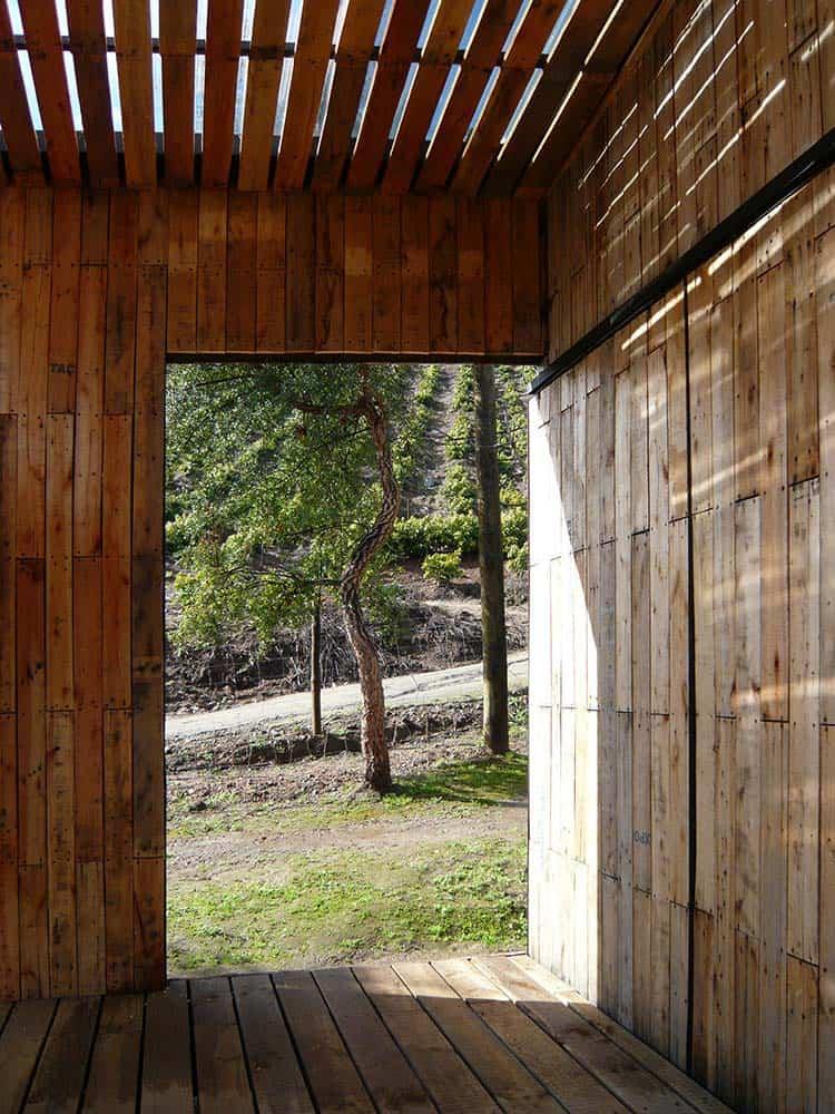 estructura de casa construida con pallets de madera
