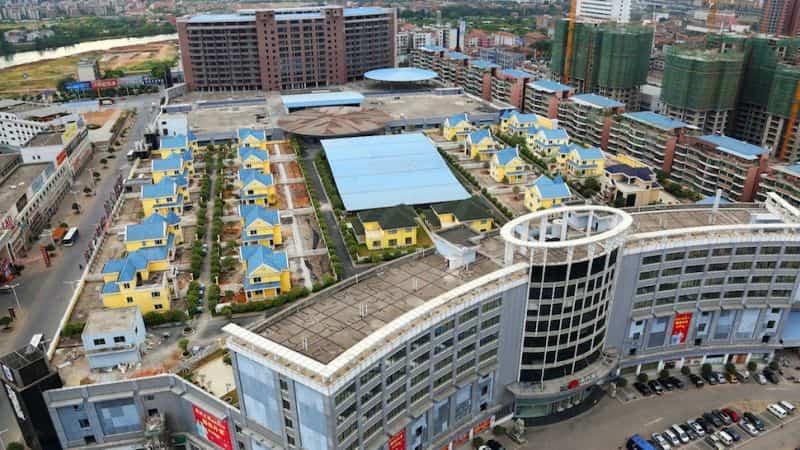 Casas lenvantadas en la azotea de un centro comercial en China