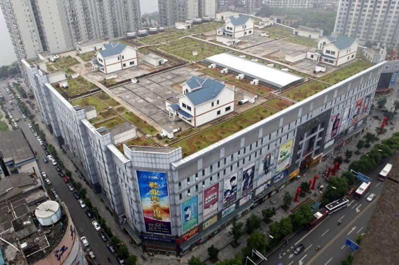 Cuatro casas levantadas sobre la azotea de un centro comercial