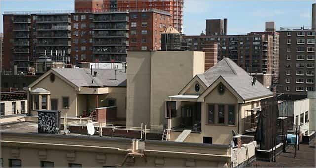 Tres casas levantadas sobre un edificio centenario