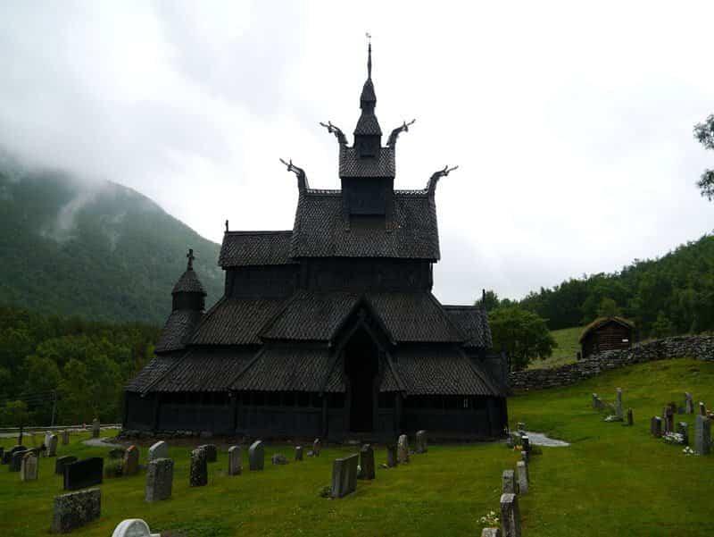 iglesia de madera de borgund con cabezas de dragones en el tejado
