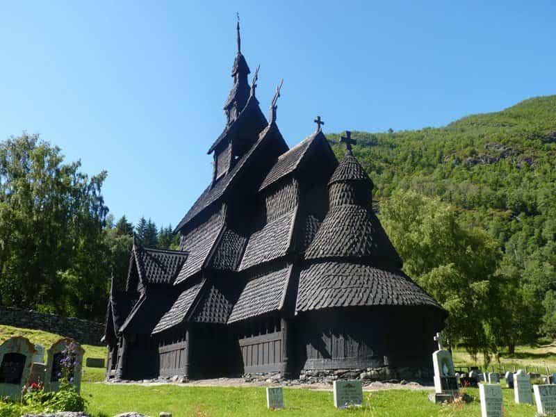 Vista trasera de la iglesia de madera de Bongurd