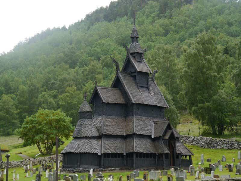 iglesia de madera de borgund con sextuple techo