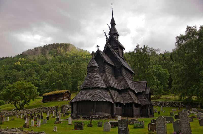 Cementerio rodea la iglesia de madera de Borgund