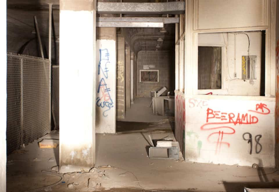 Graffitis en las paredes del metro de Cincinnati abandonado