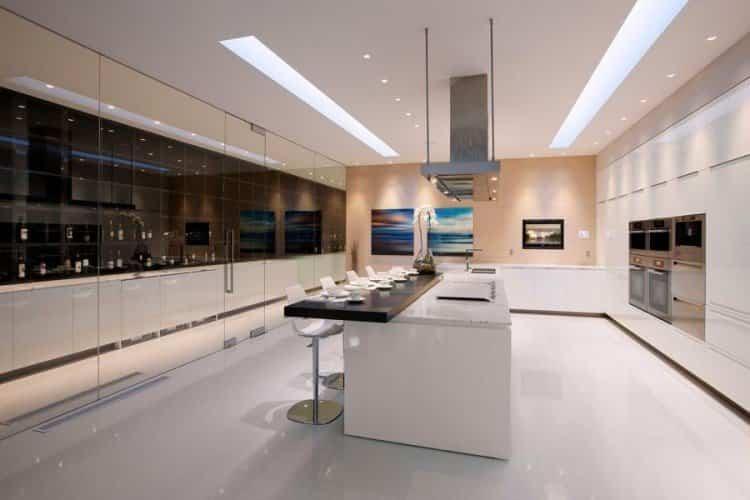 Cocina que dispone la casa transparente