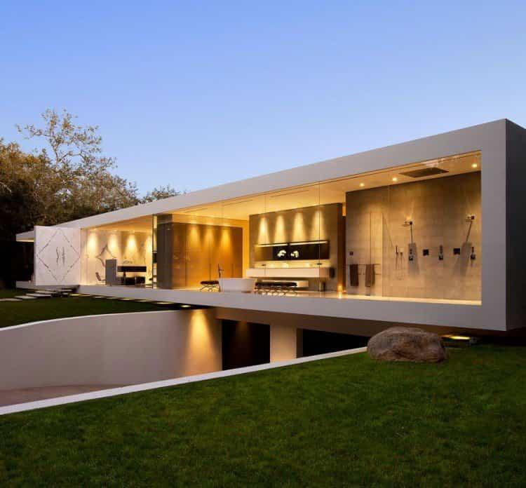 casa transparente vista al atardecer