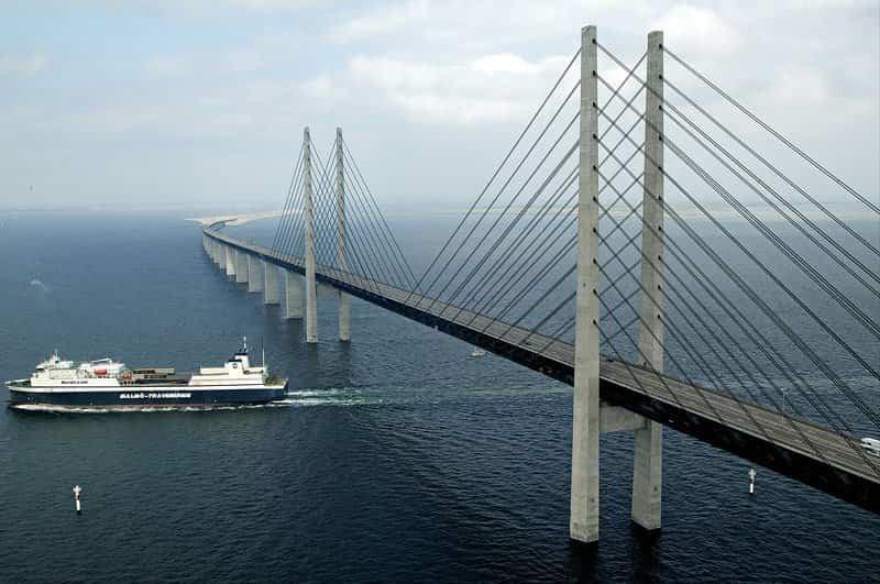 El Puente Øresund permite el paso de barcos por su parte inferior
