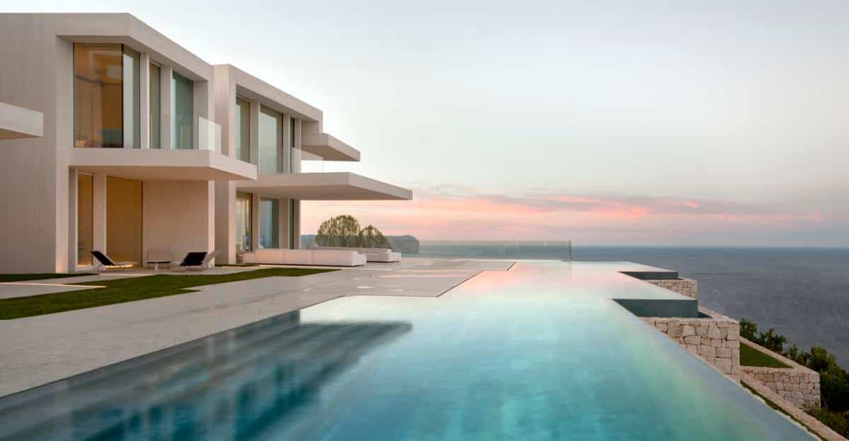 Casa Sardinera piscina con agua turquesa