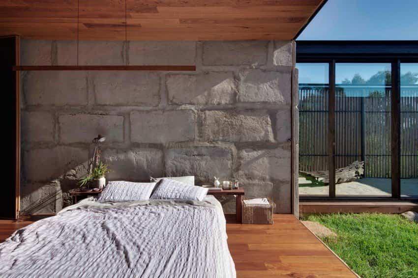 Dormitorio de la casa fabricada con bloques de hormigón