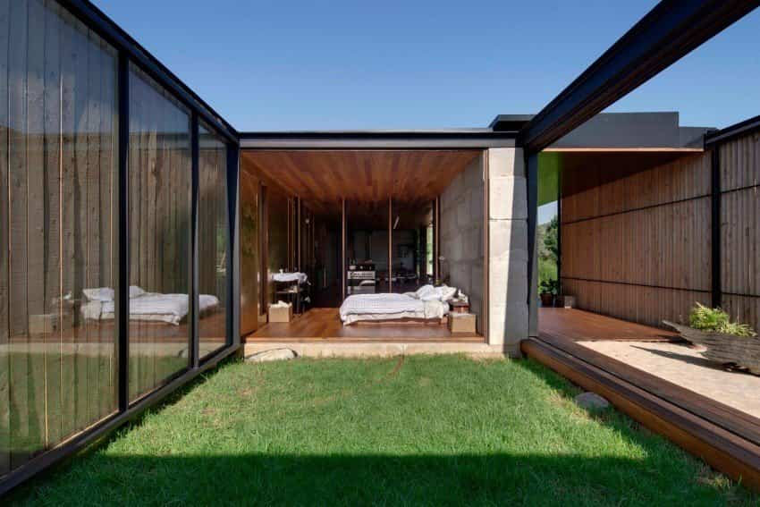 Vista del dormitorio que da al jardín en la casa fabricada con bloques de hormigón reciclados