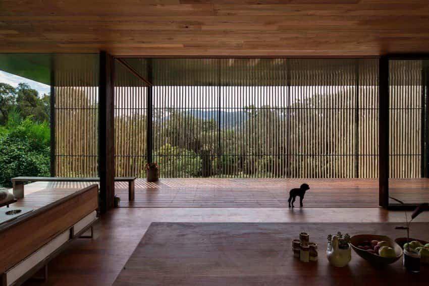 The Sawmill House construida con bloques de hormigón y un amplio espacio