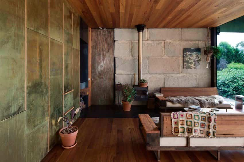 Salón de la casa construida con bloques de hormigón