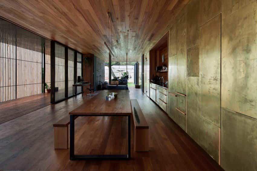 Láminas de cobre en la cocina de la casa construida con bloques de hormigón