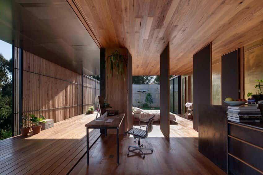 Puertas pivotantes en la casa construida con bloques de hormigón