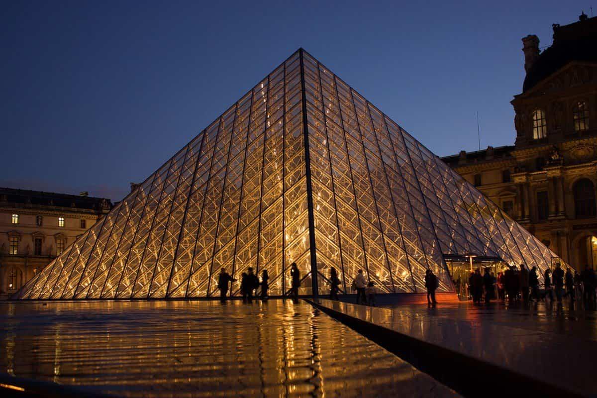 arquitectura poco convencional - piramide del louvre