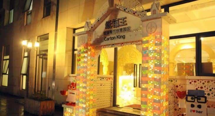 Restaurante construido con cartón reciclado - entrada