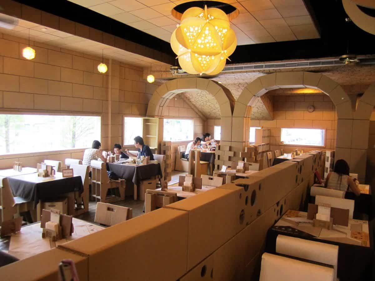 Restaurante construido con cartón reciclado en China