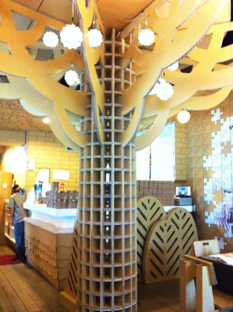 Decoración restaurante construido con cartón reciclado