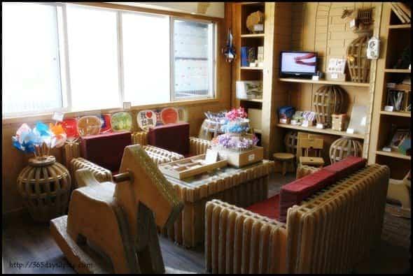 Restaurante construido con cartón reciclado - regalos