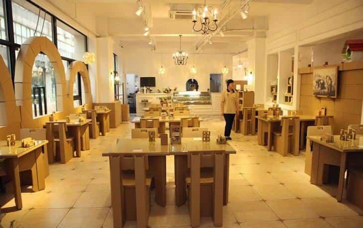 Restaurante construido con cartón reciclado- mobiliario