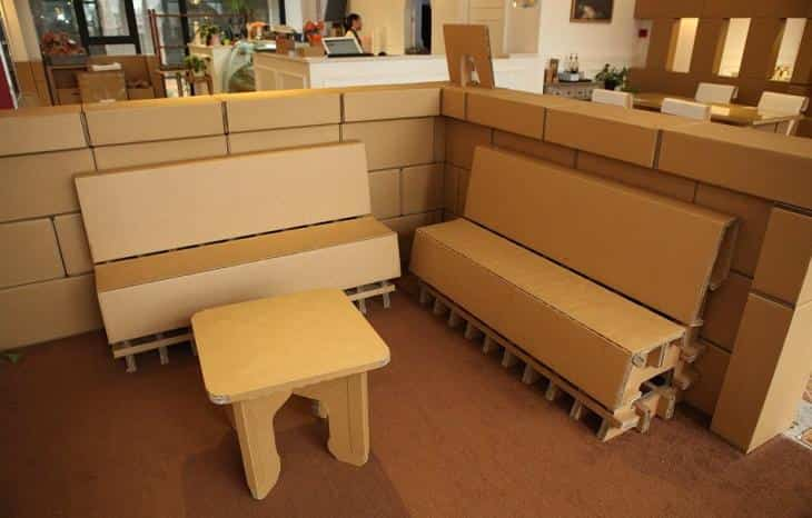 Restaurante construido con cartón reciclado - sillones de cartón