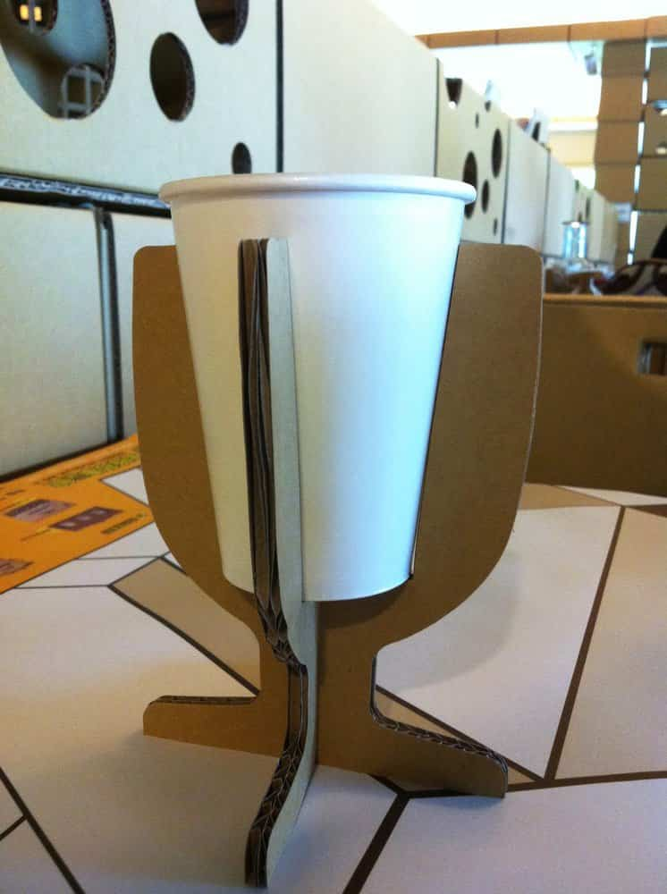 Restaurante construido con cartón reciclado - vasos de papel