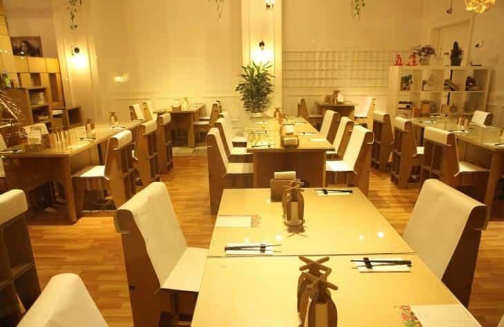 Restaurante construido con cartón reciclado - muebles del restaurante